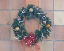 Knowing how to make a Christmas wreath can be a fun Christmas craft for the entire church community.